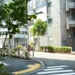 渋谷の坂道から見えるコメダの看板